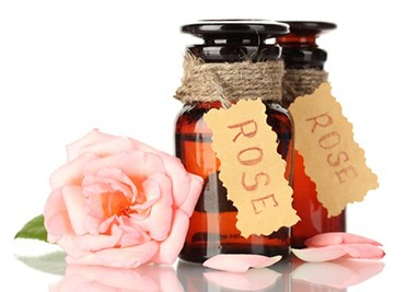 The rose oil and its miraculous properties for the skin